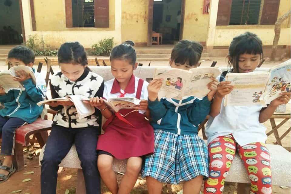 Chung tay trao tặng 'Tủ sách yêu thương' tới cho trẻ em nghèo vùng núi khó khăn